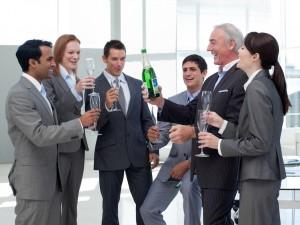 celebration au champagne pendant un séminaire